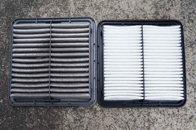 画像: エアフィルターを交換するところ。汚れの詰まった状態では、「よい混合気」をエンジンに送り込むことはできない。