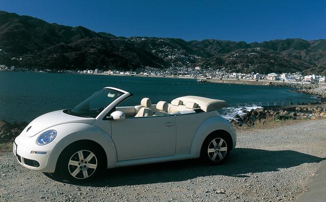 画像: 1999年の日本導入以来、人気を保ち続けているニュービートル。累計販売台数は6万台を超え、2001年以降はアメリカに次ぐ世界2位の販売実績を残している。現行モデルで本来カブリオレ用のハーベストムーンベージュ、アクエリアスブルー、メローイエローを全車で選択できるが、実はコレも世界2位の大市場である日本だけの特権だ。ニュービートルの試乗車はニュービートルカブリオレLZ。