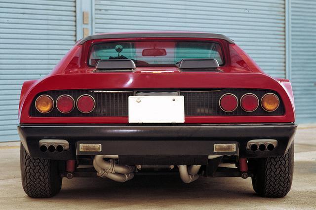 画像: フェラーリとピニンファリーナのタッグで生まれた優美なデザイン。365GT/4 BBは3連テールランプと左右の3連エキゾーストが特徴。
