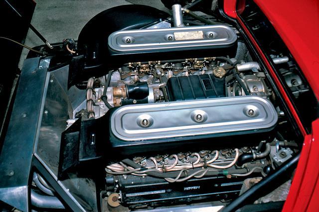 画像: 縦置きミッドシップ搭載された4.4Lの180度V12 DOHC。この下にエンジンと一体のミッションがあるため、重心の高さが問題となる。