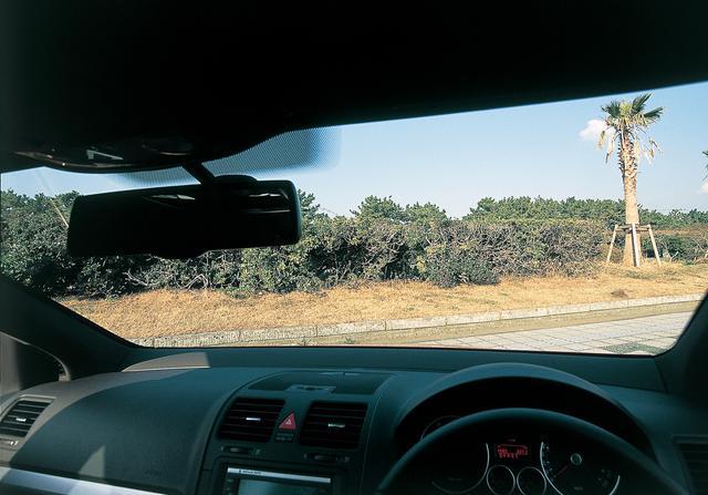 画像: ゴルフGTIの運転席でドライバーの視点に近い位置から前方を眺める。ボンネット前端が見えるわけでもないが、車両感覚が感覚的につかみやすい。