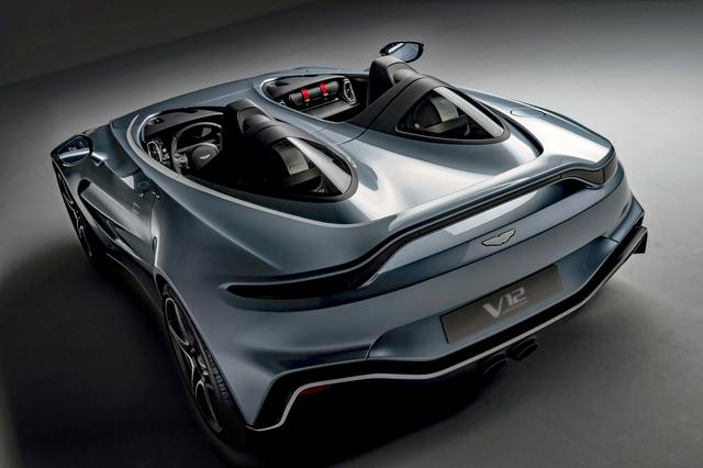 画像: リアビューも独特の形状なのだが、アストンマーティン車であるという雰囲気が漂っている。