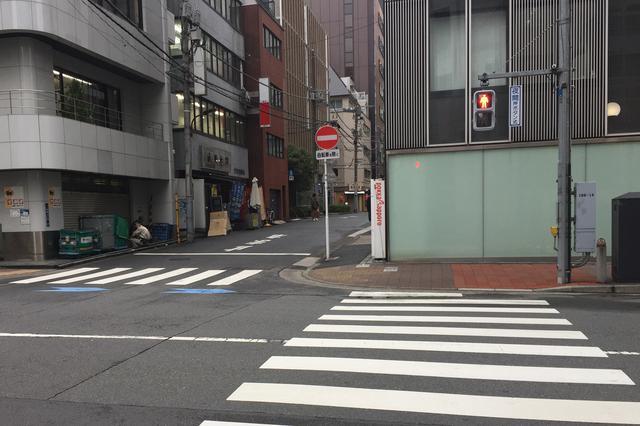 画像: 歩行者の中には、信号を守らなかったり、横断禁止の場所でも通行したりと、違反をする人も多い。