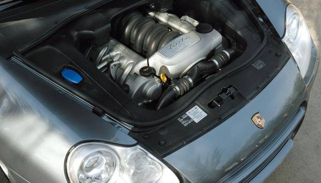 画像: エンジン本体はカイエンターボ用と同じであり、インタークーラーまわりの見直しと過給圧アップによるセッティングで71ps/100Nmもの出力向上を果たした。基本設計の余裕がそれを可能としたのだ。