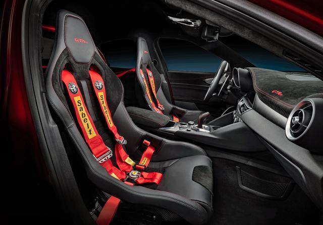 画像: GTAmはバケットシートや6点式シートベルトを装備し、リアシートを取り去った2シーターとなる。