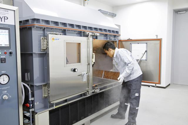 画像: 凍結防止剤による鋼材の腐食を再現する装置。10年分の腐食を1カ月で発生させて試験を行う。