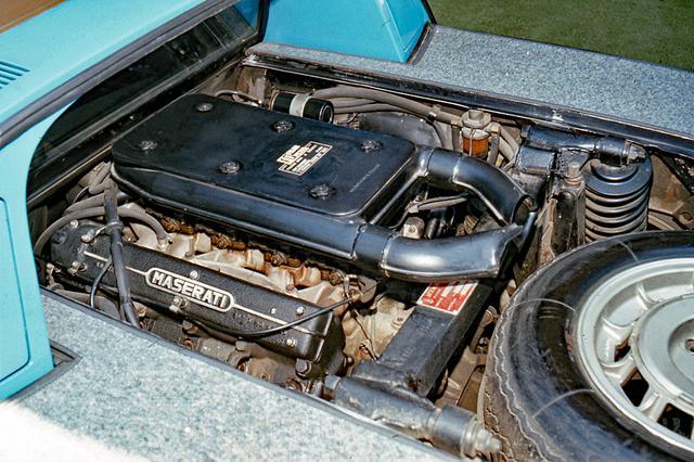 画像: 総アルミ製4.7LのV8 DOHCはウエーバー製2チョークキャブを4基装着。中速域トルク特性を重視した設定だ。