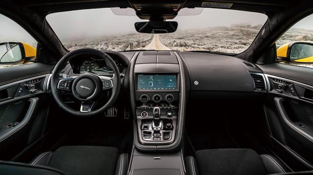 画像: ドライバー正面のクラスター内にはさまざまなグラフィックを表示する全面ディスプレイが新たに採用された。