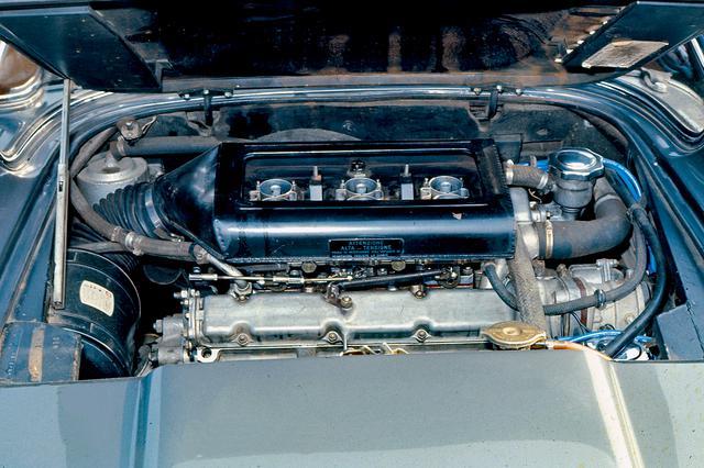 画像: マセラティがシトロエンに供給していた3LのV6 DOHCを横置き搭載。ミッションは5速MTを組み合わせる。