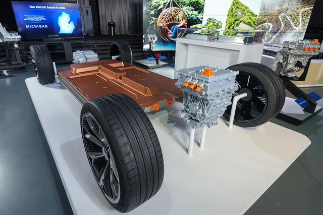 画像: GMが発表したEVプラットフォーム。前輪駆動でも後輪駆動でも、もちろん四輪駆動も可能とする。