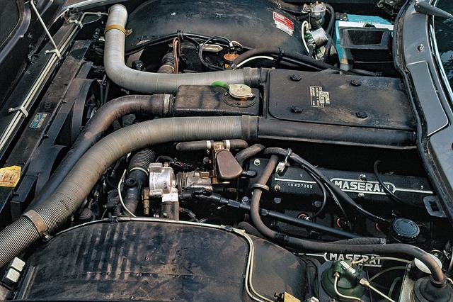 画像: フロントに搭載された4980ccのV8 DOHCは320psと49.0kgmを発生した。
