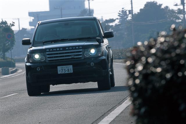 画像: レンジローバーらしい個性を見せながら、走りはかなりスポーティ。BMW X5、ポルシェ カイエンあたりを意識したようにも思える。