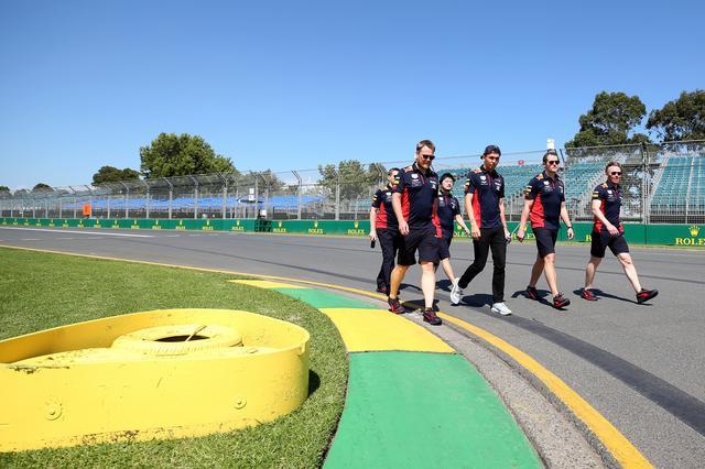 画像: 開幕戦オーストラリアGPに向けて、前日、コースを下見するレッドブル・ホンダ チーム。
