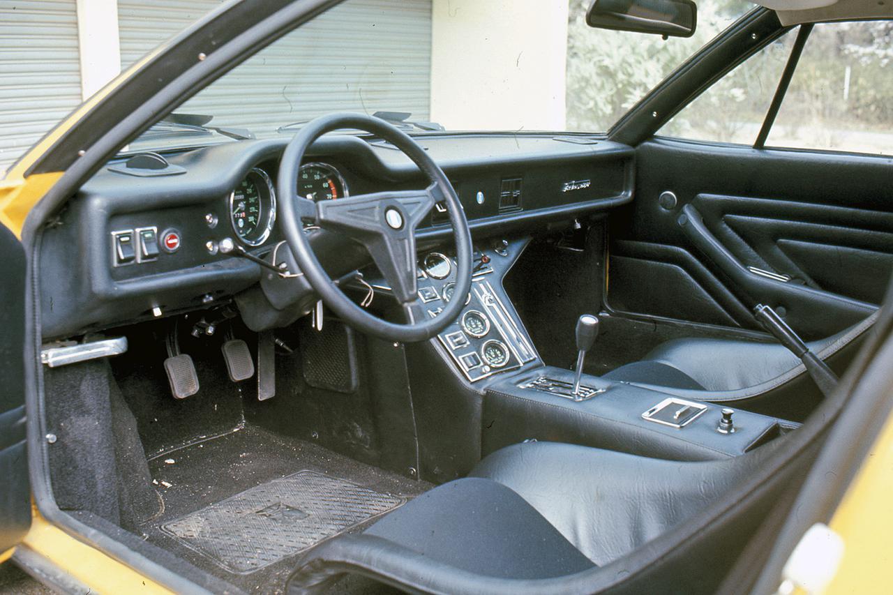 画像: GTSのコクピット。フルバケットはレーシーだがステアリングなどはどことなくアメリカ車を感じさせる。速度計は300km/hスケール。