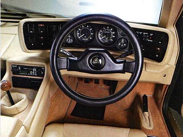 画像: それまでのロータス車に比べてラグジュアリー感を増したインテリア。メーターはイタリアのヴェリア製。