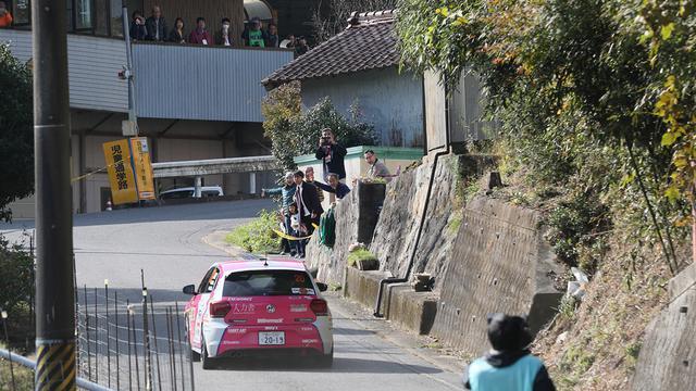 画像: 全日本ラリーではまずみられない民家の前を通るコース設定。WRCを意識してのことだ。