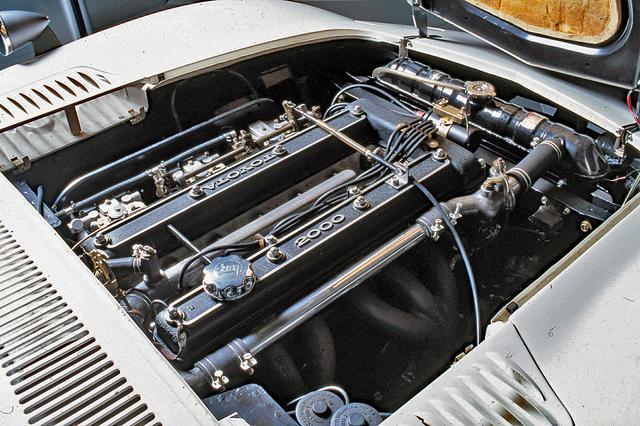 画像: クラウン用のM型(SOHC)をヤマハがDOHC化した3M型エンジン。2バルブながら、ソレックスを3連装して150psを発生。
