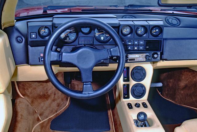 画像: インパネのデザインがユニーク。ステアリングホイールにはクラッシュパッドが備わっていた。