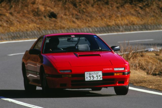 画像: 「大人のスポーツカー」を標榜した2代目FC3S型は、エンジン、車格ともワンランクアップした。最高速は238.5km/hをマークした。