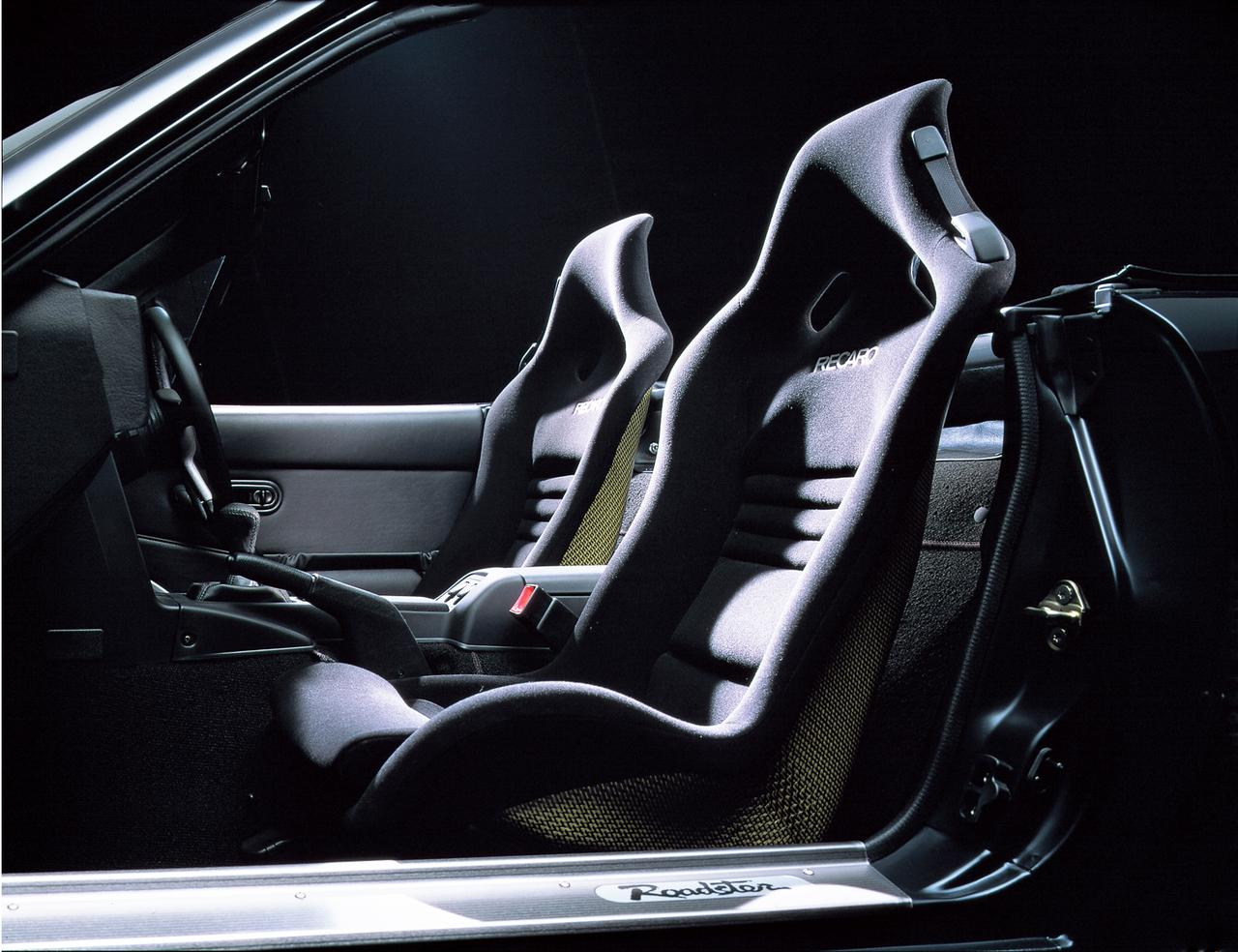 画像: コーナリング時に体の横移動を最小限に押さえる、レカロ社製のフルバケットシート。サーキット走行時にも最適な装備。