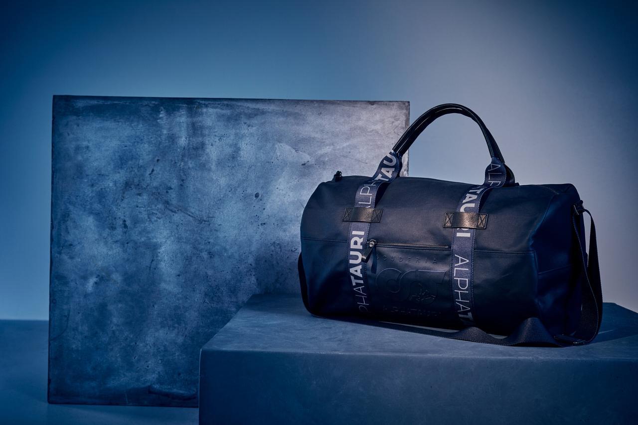 画像: アルファタウリの2020年春夏コレクション。現在、ウエアやバッグ、アクセサリーなどを展開する。