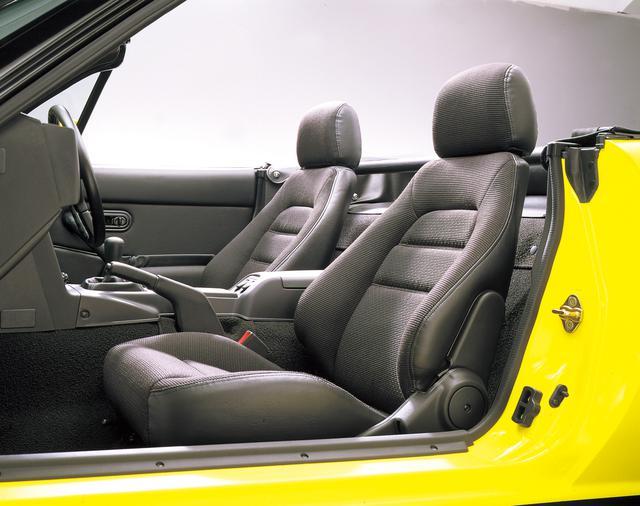 画像: サポート性の高いヘッドレスト独立型バケットタイプシートは、ワインディングなどにおいて、ドライビング性能を向上させた。