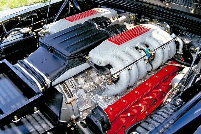 画像: シリンダーヘッドを赤く塗装した4943cc 180度バンクのV12 DOHCが車名の由来だった。