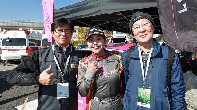 画像: 激励にかけつけてくれたフリーアナウンサーの安東さん(左)と圭さんの師匠である日下部さん。