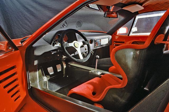 画像: 内装はレーシングカーのそれに最低限のカバーをしたもの、と呼べるほど簡素だった。