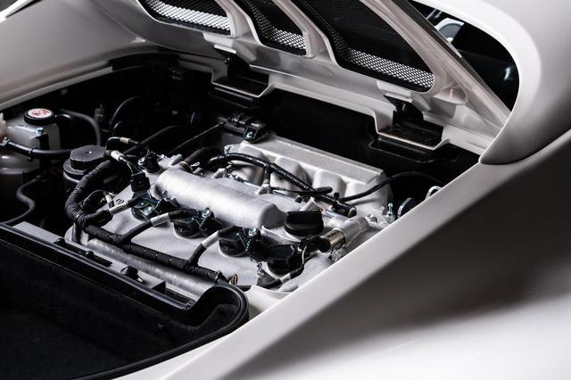 画像: 写真はエリーゼ スポーツ 220に搭載されている2ZR-FEエンジン。ロータス独自のECUや燃料噴射装置、スーパーチャージャー装着といったチューニングも施されている。パワーは220ps/250Nmを発生する。