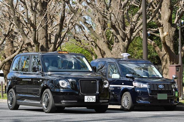 画像: JPNタクシーと並べてみる。ひとまわり以上も大きいし、ドライバーの目線の高さも違う。