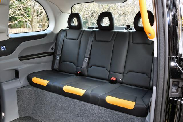 画像: おとな3人が楽に座れる客席。3人分の跳ね上げ式対面シートも備わり、車いすでも十分なスペースだ。