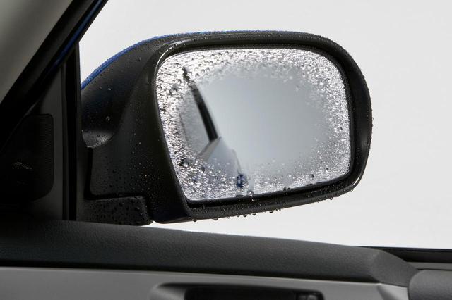 画像: ドアミラーの裏側に設置される熱線によって後方視界を確保することができる。写真はスバルのヒーテッドドアミラー。