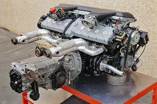 画像: V16エンジンを横に、ミッションを縦に組み合わせたパワーユニット。