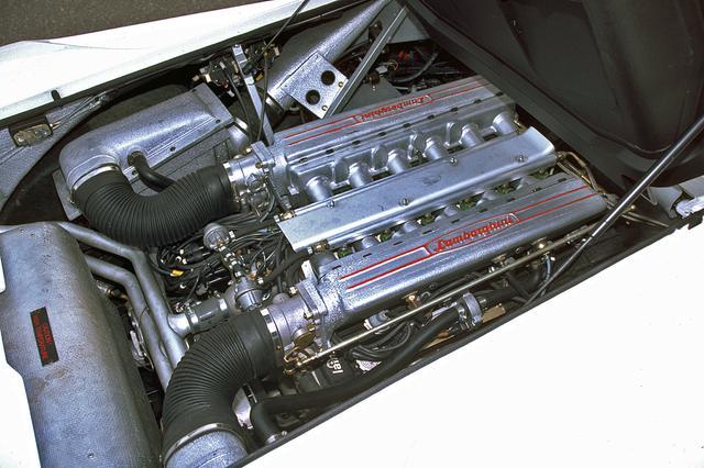画像: 5.7LのV12 DOHCは気筒あたり4バルブで492psを発生。リアミッドに出力軸を前に搭載するのはカウンタック方式の継承だ。