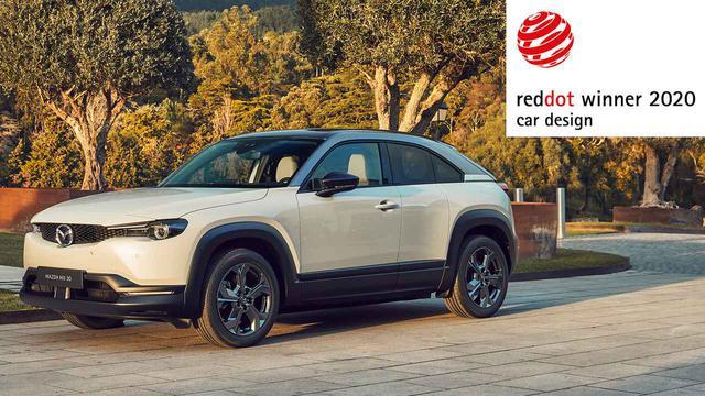 画像: レッド・ドット賞を獲得した電動SUVのMX-30。143ps/265Nmを発生するモーターでフロントタイヤを駆動する。全長は4395mm、全幅は1848mmとなる。(いずれも欧州仕様値)