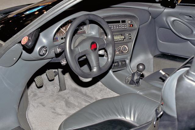 画像: メーターパネルやスイッチ類はBMW 850iからの流用が多い。スピードメーターは350km/hスケール。