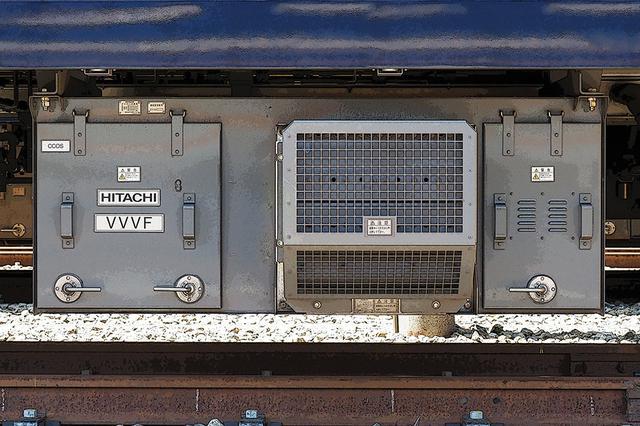 画像: 現代電車の心臓部「VVVFインバーター」。90年代から急速に普及した電車の制御方式で、交流電力の電圧と周波数を電子制御で最適化し、力行・回生制動に用いる。新型車はだいたい第2世代にあたる。