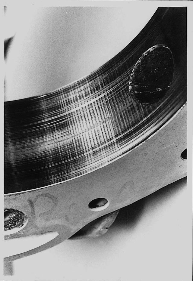 画像: ローターの3つの頂点にあるアペックスシールとハウジングの間にできる波状摩耗は「悪魔の爪痕」と呼ばれ最初の難関となった。クロスホローとカーボンシール、そしてハウジングのクロームメッキなどによって解決を見る。