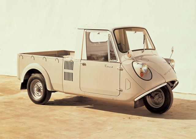 画像: マツダはオート3輪など商用車を中心とするメーカーとして日本のモータリゼーションを牽引。戦後は写真のK360などのオート3輪の他、R360クーペやキャロルなど精力的に乗用車を開発していたが、通産省の思惑から他メーカーに吸収合併されてしまう危機もあった。