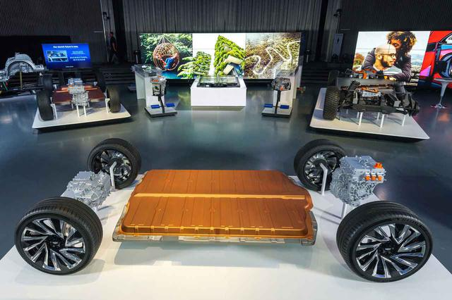 画像: GMが開発した次世代EVプラットフォーム。ホンダはこれをベースにしたモデルふたつを北米市場に投入予定だと発表した。