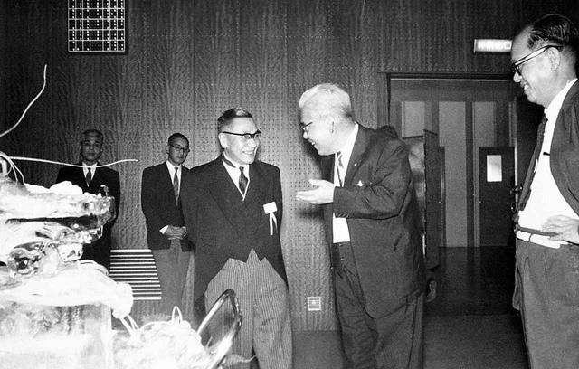 画像: 松田社長の人的ネットワークは、ロータリーエンジン開発に大きく生かされた。「カチカチ山」問題も他社との協力関係の中で解決を見ていく。写真右から二人目は親交のあった当時の池田勇人首相と松田社長のひとこま。