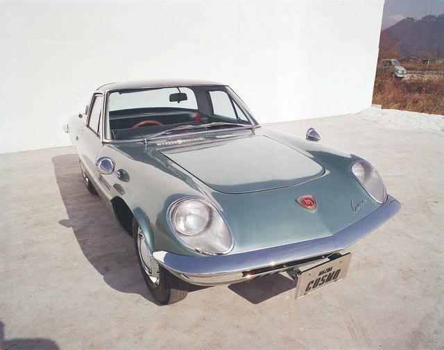 画像: 完成した10A型と名付けられた491cc×2ローターエンジンは、近未来的なスタイルを持つスポーツカー「コスモスポーツ」に搭載された。写真は1964年に作られた試作車。市販は1967年5月となる。