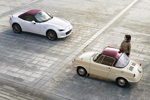 画像: R360クーペ(写真右)とロードスター特別記念車。