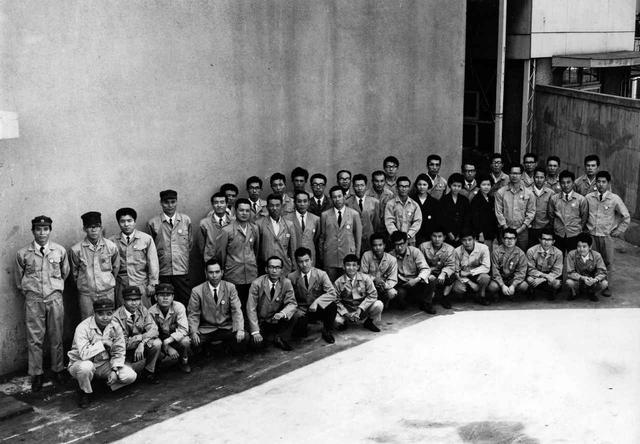 画像: 山本部長とロータリー四十七士。マツダの社運を賭けて「寝ても覚めても」を合い言葉にロータリーエンジンの開発が進められた。