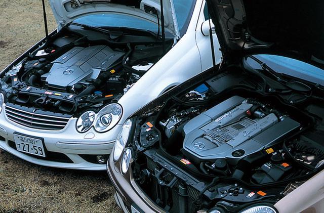 画像: 左がC55 AMG 5.5L V8自然吸気367ps、右がE55 AMG 5.5L V8スーパーチャージャー476ps。