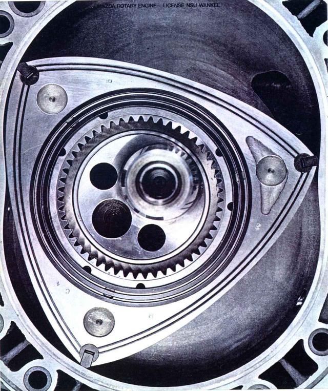 画像: 写真はコスモスポーツに搭載された10A型ロータリーエンジン。アペックスシールをクロスホロー&カーボンシールとすることで耐久性もアップした。