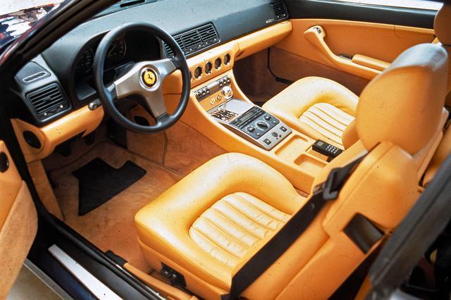 画像: コノリー製レザーを贅沢に使用したインテリア。電動フロントシートは、後席への乗降の際バックレストを倒すと自動的に前にスライドする。