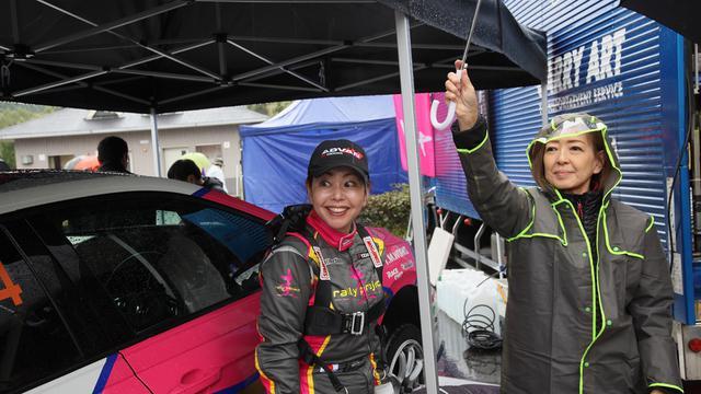 画像: 雨にも負けず・・・いつも笑顔の竹岡圭さん。