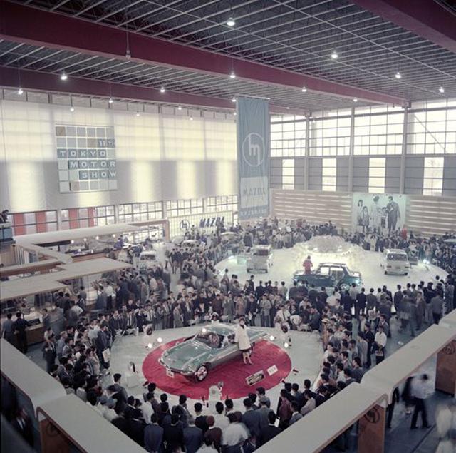 画像: 1964年の第11回東京モーターショーで注目を集めるプロトタイプのコスモスポーツ。出展名は「MAZDA COSMO」だった。翌65年の東京モーターショーでも同名で出展され、それが最終生産型と発表された。
